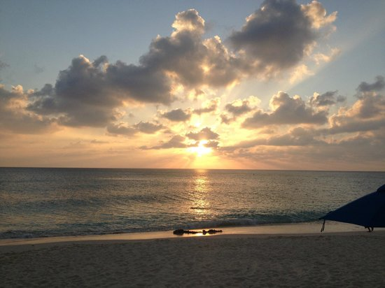 Cayman Reef Resort: Sunset on beach