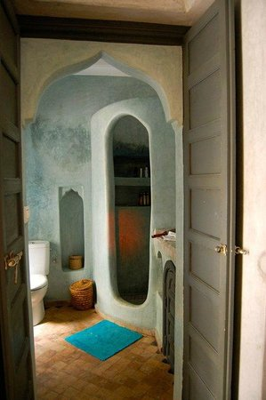 Riad Papillon: Bathroom with enclosed shower