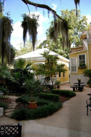 Forsyth Park Inn: View from outside