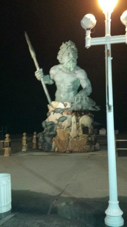 Oceanaire Resort Hotel : Neptune statue on boardwalk steps from hotel