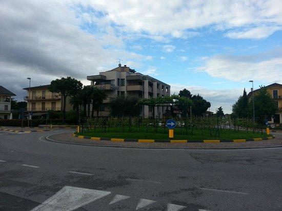 Hotel Cristal: Hotel vanaf overkant rond punt