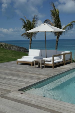 The Cove Eleuthera: Comfy poolside seats