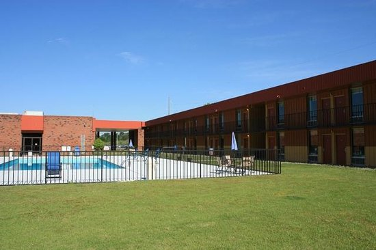 Motel 6 Hamilton, AL: Poolside Rooms and Breakfast Area