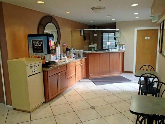 Americas Best Value Inn: Chech-in desk and Breakfast area