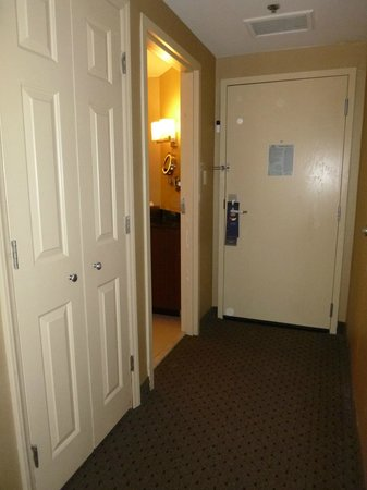 Hilton Charlotte Executive Park: Hall/closet/door