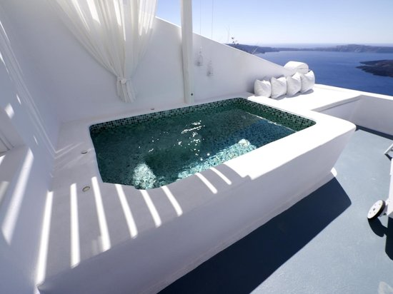 Aliko Luxury Suites : The jacuzzi