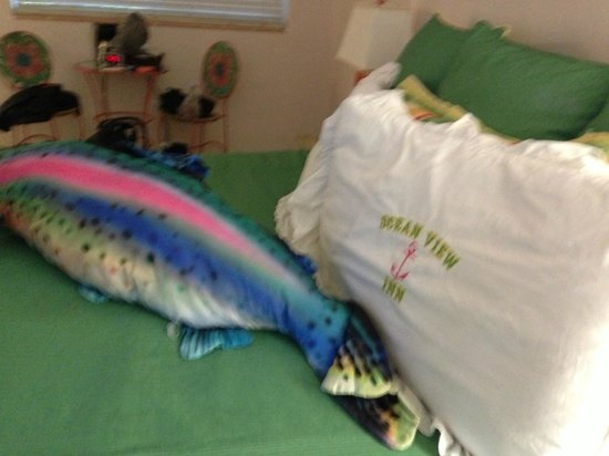 Ocean View Inn and Sports Pub: lovely fish pillow on the bed!