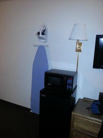 Econo Lodge: Mini fridge, microwave & ironing board