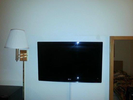 Econo Lodge: TV over dresser
