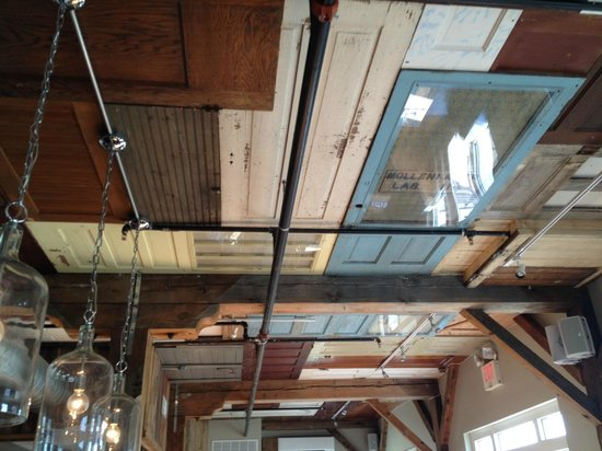 Bleu Restaurant and Lounge: Ceiling with doors décor