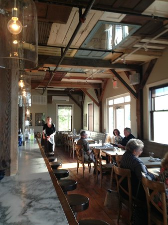 Bleu Restaurant and Lounge: Bar plus side dining area