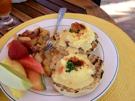 Shoals Restaurant at The Cliff House Inn: Eggs Benedict - the canadian bacon is THICK and I loved the way the English Muffin was grilled!