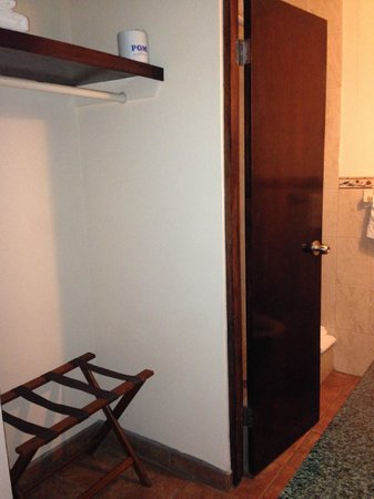 Luquillo Sunrise Beach Inn: Closet space and bathroom