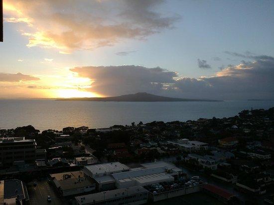 The Spencer on Byron Hotel: Sunrise over Rangitoto Island