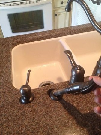 Orlando Courtyard Suites: Handyman needed! Plumbing are fixtures are nice, if they work.