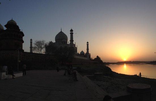 Hotel Taj Resorts: Walk river to see the Taj