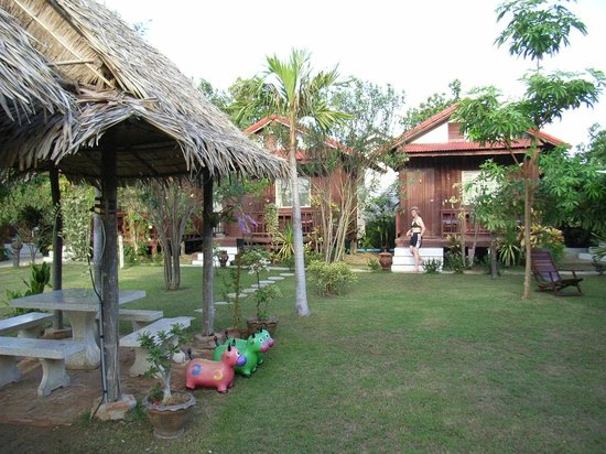 Thai Garden Inn : view from the Dining area to the bungalows