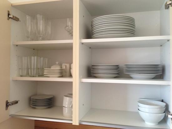 Emma Apartments: المطبخ مليء بجميع انواع الاواني