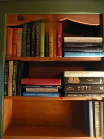 Friends Lake Inn : Great in room library