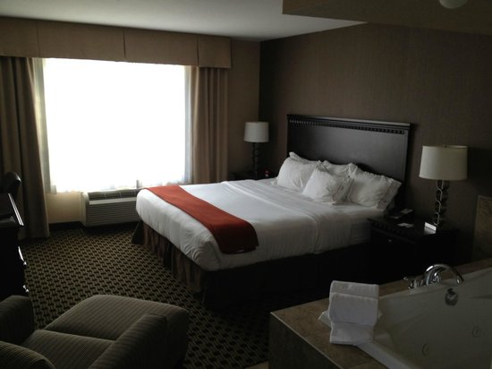 Holiday Inn Express & Suites Green Bay East : Holiday Inn Express Green Bay bed