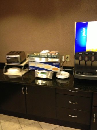 Holiday Inn Express & Suites Green Bay East : Holiday Inn Express Green Bay breakfast area