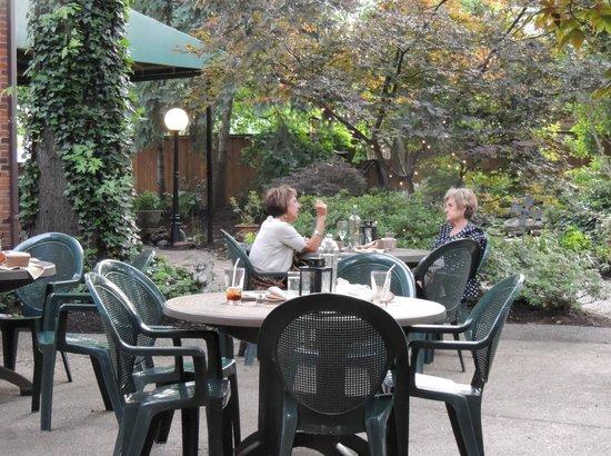 Hendel's Restaurant: Back patio is lovely