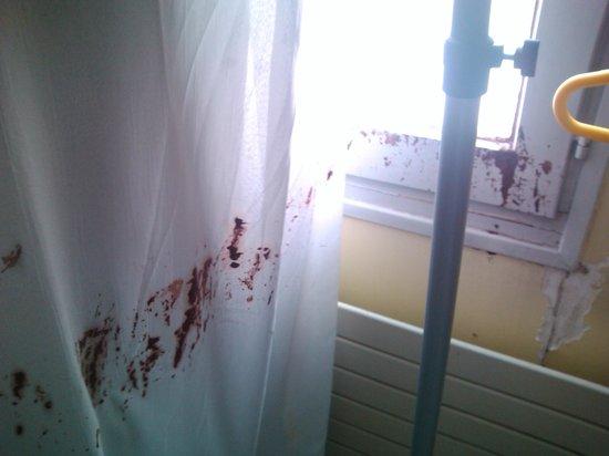 Justabed: cortinas e janelas sujas de tintas... desleixo!