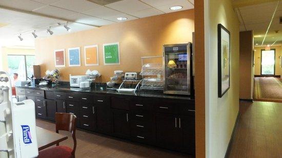 Comfort Suites Airport: Breakfast Area