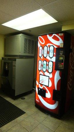 Comfort Suites Airport: Soda & Ice Machine
