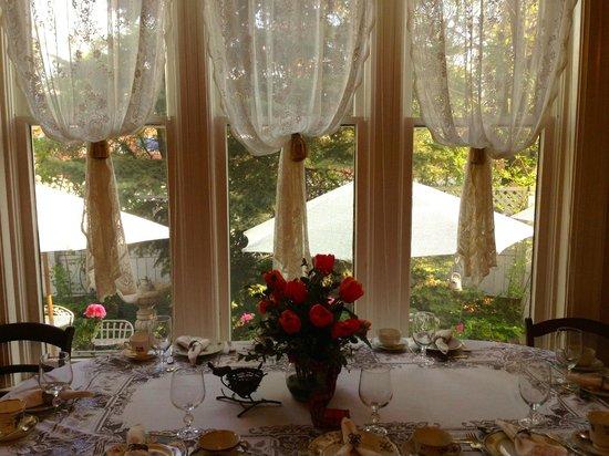 Thompson House Inn : Beautiful view overlooking outdoor patio