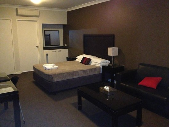 Checkers  Resort & Conference Centre: Nice Looking Modern room