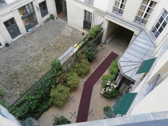 Hotel des Marronniers: Courtyard