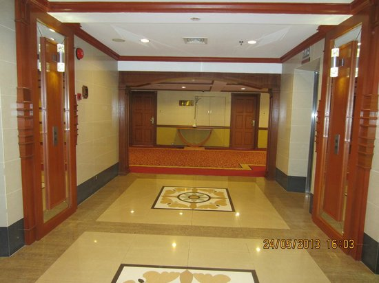 The Centrepoint Hotel: Lift lobby