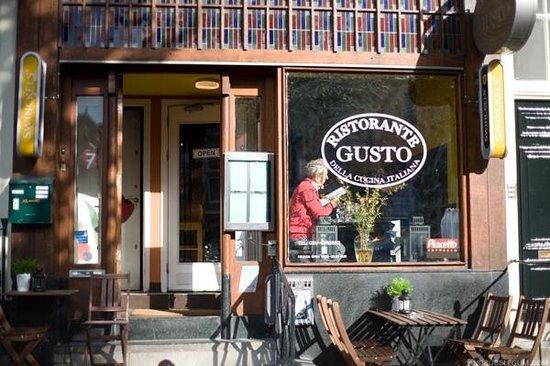 Restaurant Gusto: Front door