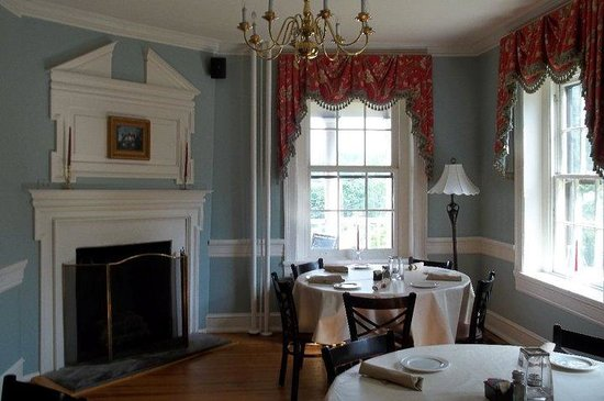 Kitty Knight House Inn & Restaurant: Part of the charming dining room