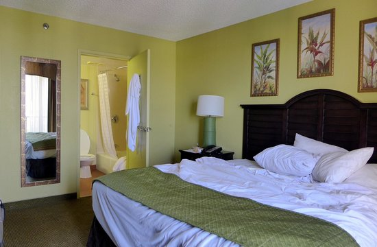 Embassy Suites by Hilton Fort Lauderdale 17th Street: Bedroom (before maid service!!)