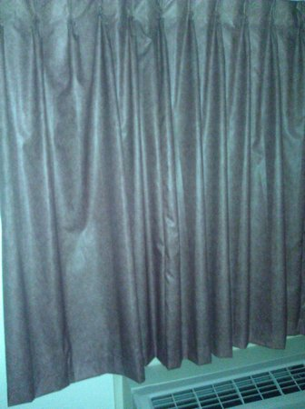 Red Roof Inn Houston - Brookhollow: tacky curtains