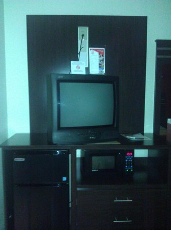 Red Roof Inn Houston - Brookhollow: outdated tv,mini fridgeand microwave ok