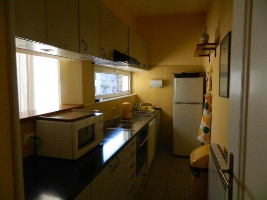 Sun Hostel: Кухонька невелика, но и на этаже ведь всего три человека