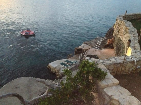 Home Sweet Home Resort: The Cliffs lead down to the water