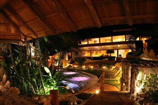 Hotel Casa de las Iguanas: de noche / at night