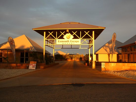 Exmouth Escape Resort : The Resort entrence opposite the road to the Novotel