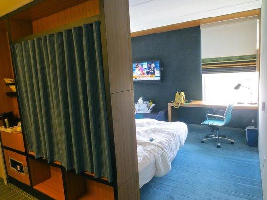 Aloft Las Colinas: The room/bathroom area