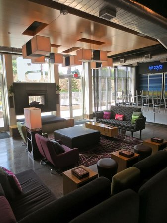 Aloft Las Colinas: Lobby fireplace and chill/bar area