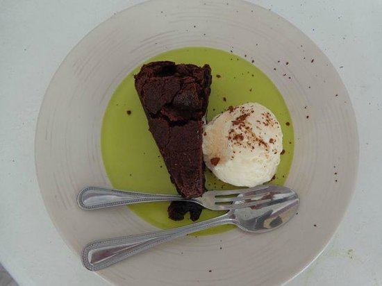 Nina's Bistro: Chocolate Cake with Ice Cream