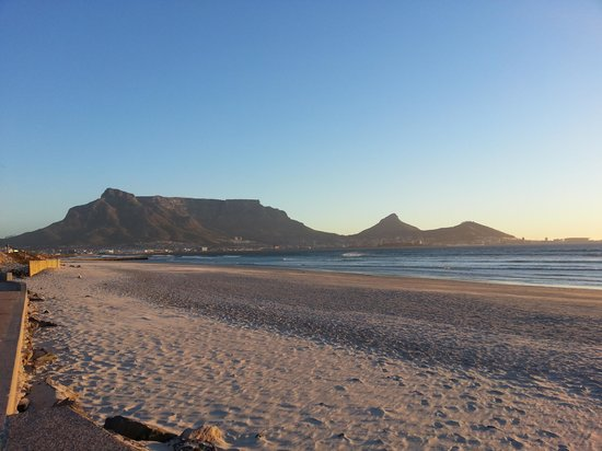 Lagoon Beach Hotel & Spa : Table Mountain viewd from sea shore
