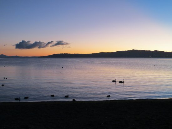 Comfort Inn Cascades: Sunset over Lake Taupo