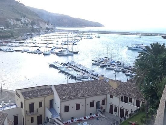 La Piazzetta Hotel: Castellammare del Golfo il porto.