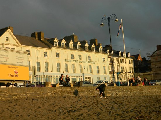 Belle Vue Royal Hotel: View of the Hotel from the Beach