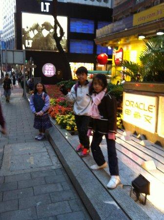 Mini Hotel Causeway Bay Hong Kong: Cross over a minor road..opposite Lee Garden